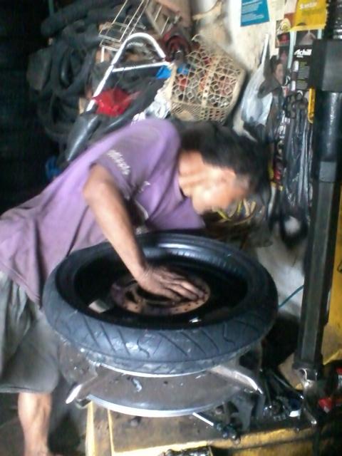 Pakai mesin khusus biar velg tidak rusak