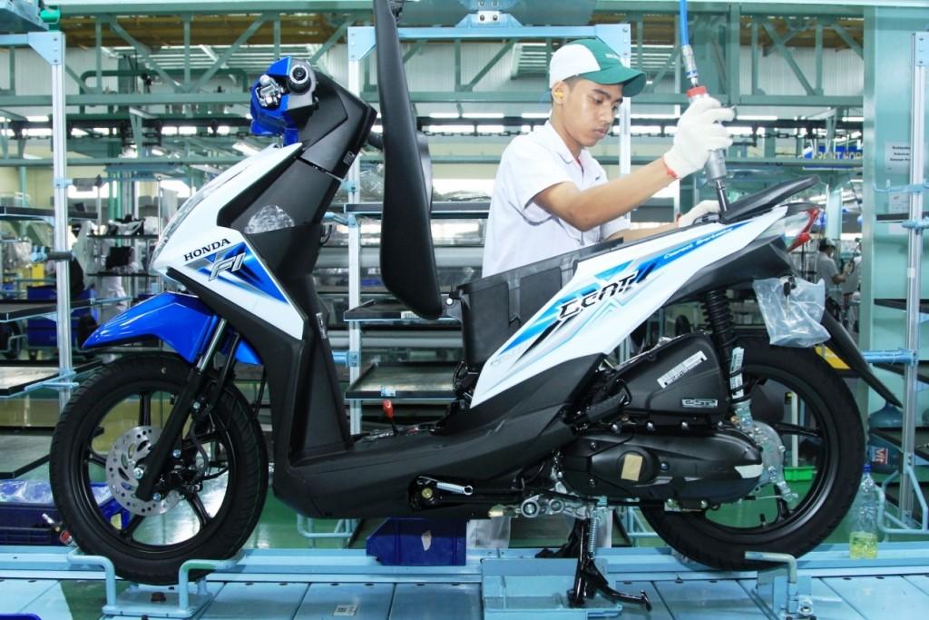 Karyawan AHM merakit All New Honda BeAT eSP di pabrik perakitan AHM, Cikarang. All New Honda BeAT eSP terus menjadi pilihan favorit masyarakat seiring pertumbuhan penjualannya yang melonjak 61,9% melalui penjualan sebesar 207.437 unit pada Agustus lalu.