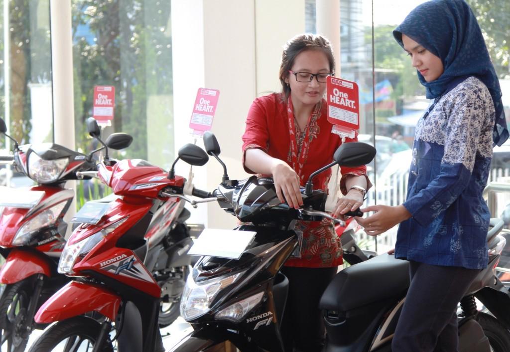 Sales Honda menjelaskan teknologi sepeda motor All New Honda BeAT eSP kepada konsumen. Pada bulan Agustus, penjualan sepeda motor Honda mampu mengukir pertumbuhan penjualan yang lebih tinggi yaitu sebesar 54,6% dari 278.754 unit pada Juli 2015 menjadi 430.953 unit pada Agustus 2015.