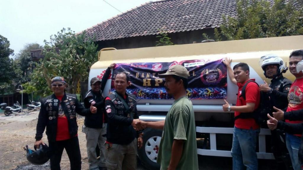 Komunitas Honda PCX Club Indonesia menyerahkan bantuan 6.000 liter air bersih kepada perwakilan masyarakat desa Rowosari Tembalang (17/10). Memperingati 4 tahun HPCI, para bikers pecinta sepeda motor Honda PCX tersebut melakukan aksi kontribusi positif kepada masyarakat melalui beragam aksi sosial mulai kampanye keselamatan berkendara dan kegiatan positif lainnya.