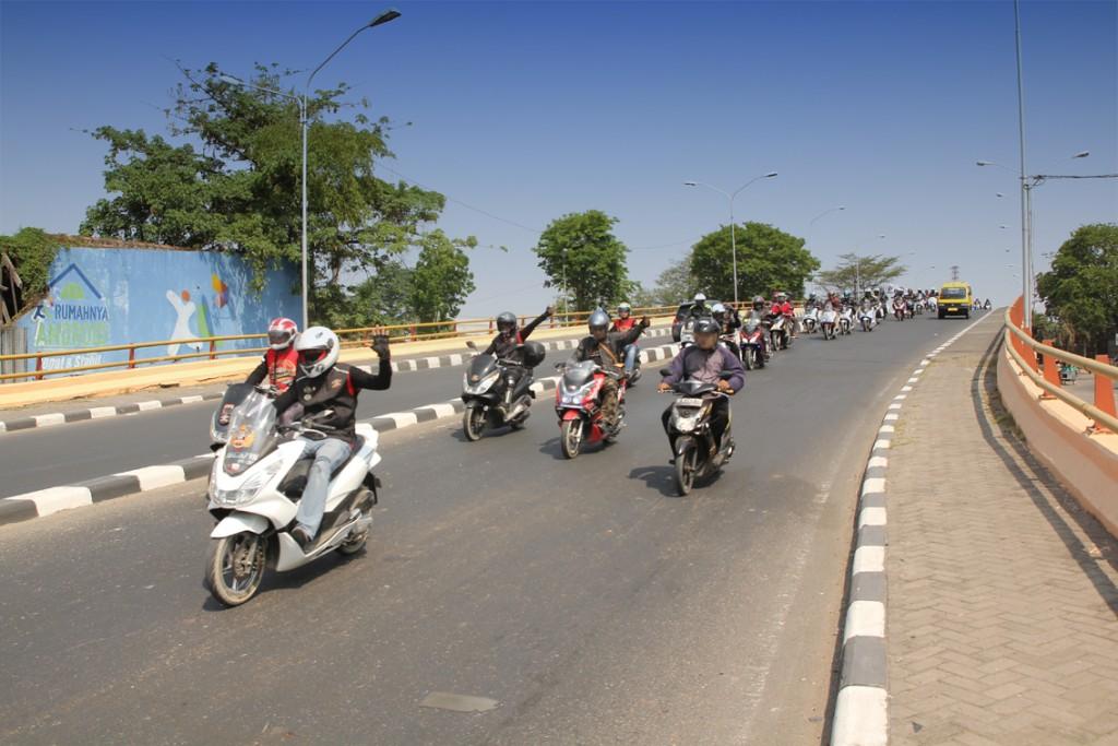 ara pecinta sepeda motor skutik premium, Honda PCX turing melintasi Kota Semarang dalam rangka memperingati 4 tahun HPCI (17/10).