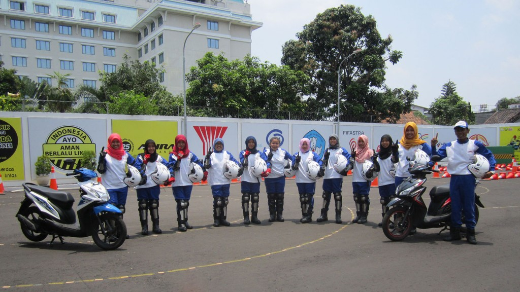 Perwakilan peserta pelatihan keterampilan berkendara yang berasal dari Universitas Negeri Yogyakarta (UNY) berfoto bersama dengan instruktur Safety Riding Astra Motor Ygyakarta.