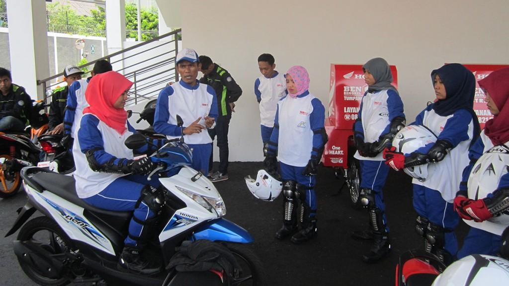 Triyanto, Instruktur Safety Riding Astra Motor Yogyakarta memberikan penjelasan secara teori posisi berkendara yang benar saat menggunakan sepeda motor tipe matik (AT).