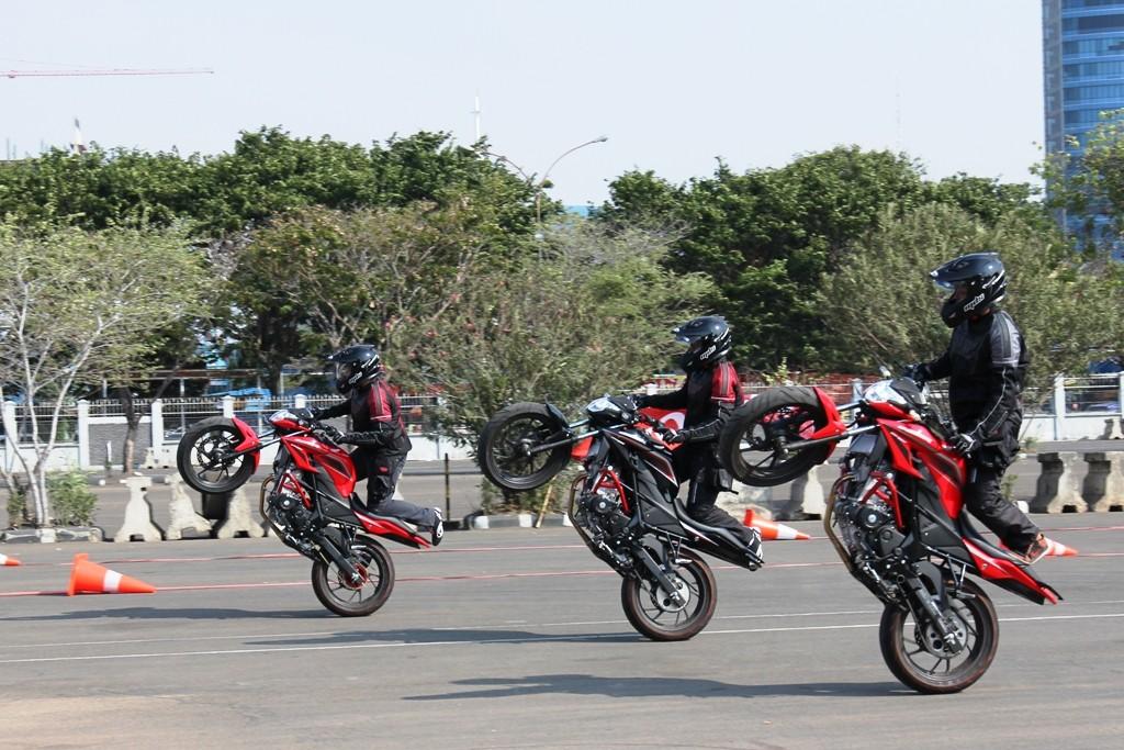 Stuntrider menggunakan All New Honda CB150R StreetFire dalam menunjukan aksinya. AHM berhasil mengambil alih kepemimpinan di segmen motor sport nasional setelah meraih pangsa pasar 52,1% pada bulan Oktober. Pencapaian ini dipengaruhi oleh All New Honda CB150R StreetFire  yang menyumbangkan 69% dari total penjualan Honda di segmen ini.
