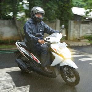Saat Hujan Lebat, Pengendara Motor Diharapkan Lebih Berkonsentrasi dan Perhatikan Keselamatan Berkendara.