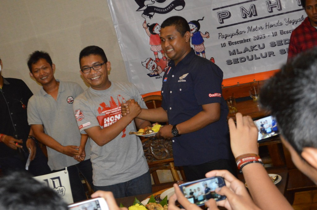 Foto 5 Penyerahan Tumpeng kepada Astra Motor Yogyakarta
