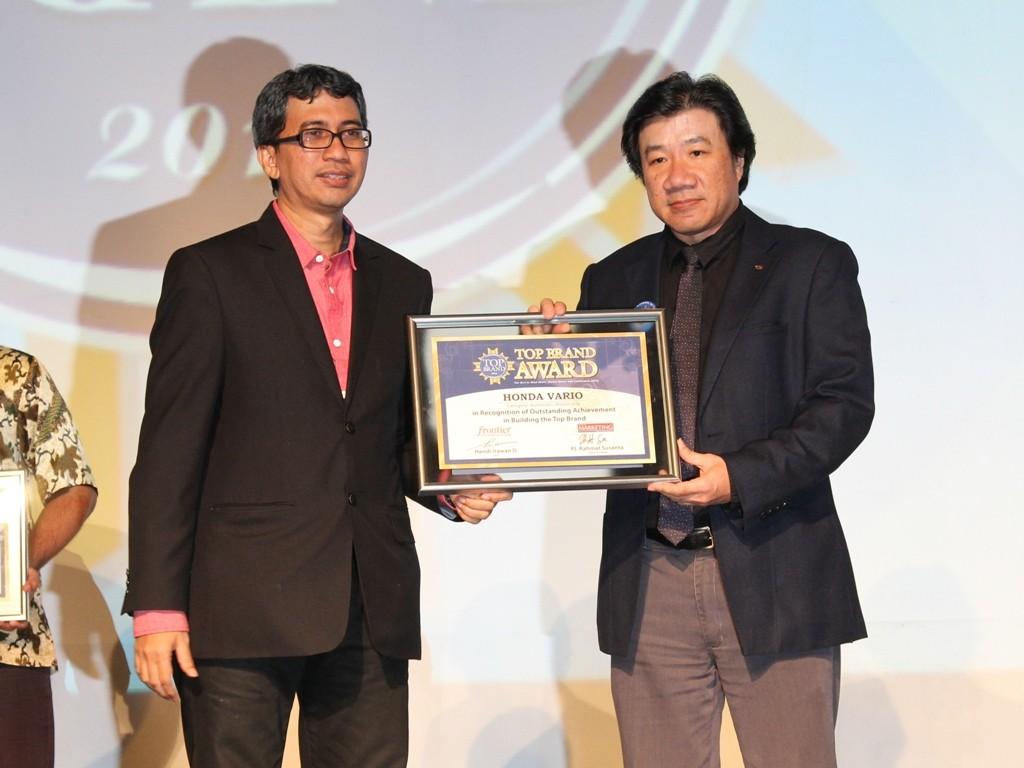 GM Marketing Planning & Analysis AHM A. Indraputra menerima penghargaan Top Brand yang diserahkan oleh Editor in Chief Majalah Marketing, Rahmat Susanta di Hotel Mulia, Jakarta (2/2). Sepeda motor Honda dinobatkan sebagai sepeda motor yang paling terpercaya di Tanah Air seiring dengan diterimanya penghargaan Top Brand Award 2016.