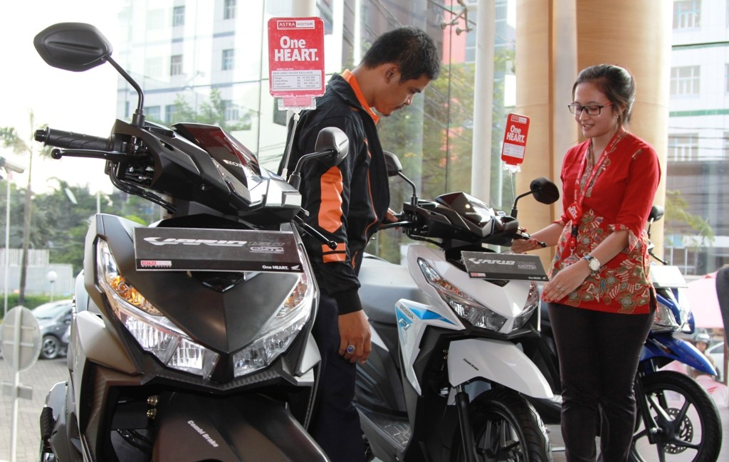 Front Line People dealer Honda menjelaskan teknologi Vario series kepada konsumen. AHM tercatat menyabet 5 penghargaan Top Brand pada beberapa kategori dan Sepeda motor skutik Honda BeAT dan Honda Vario menjadi pilihan utama pada kategori motor skutik.